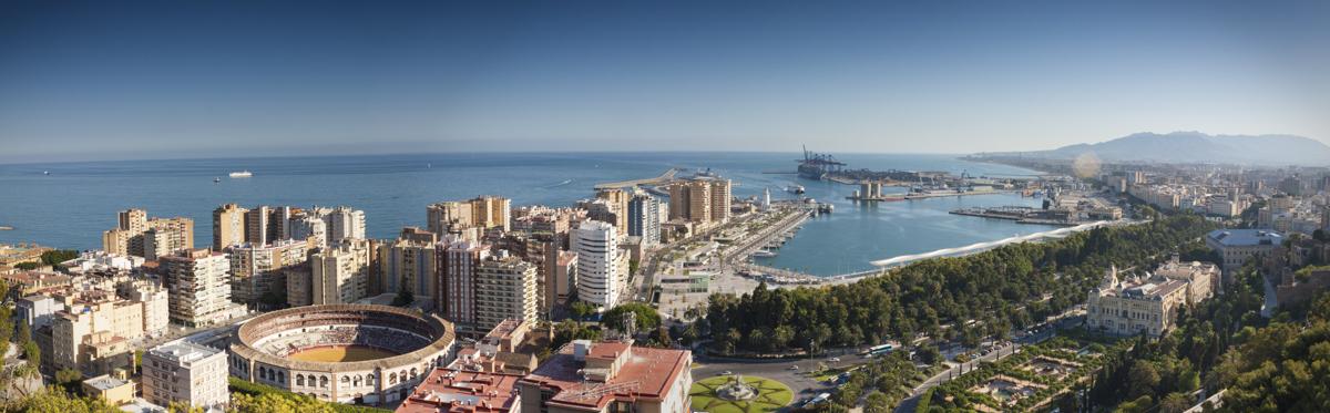 Vistas del Puerto y la Malagueta desde el mirador de Gibralfaro.