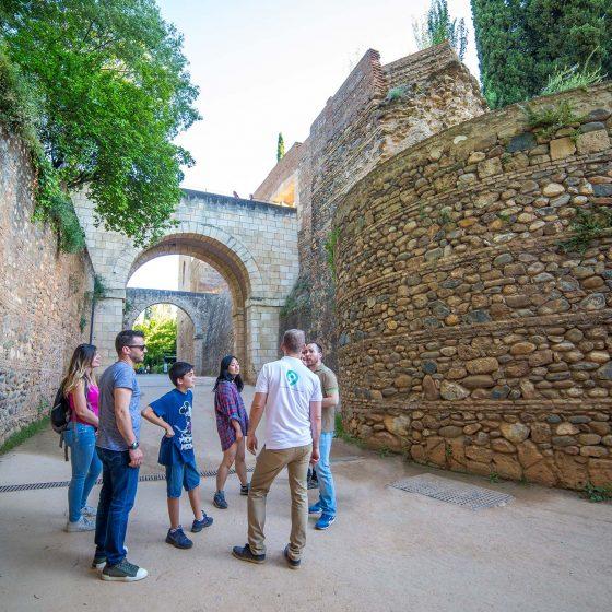 visita de aventura y senderismo en granada, historia en la muralla de la alhambra