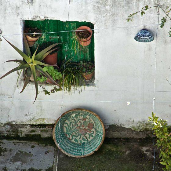visitar granada, patio de vivienda con cerámica de fajalauza