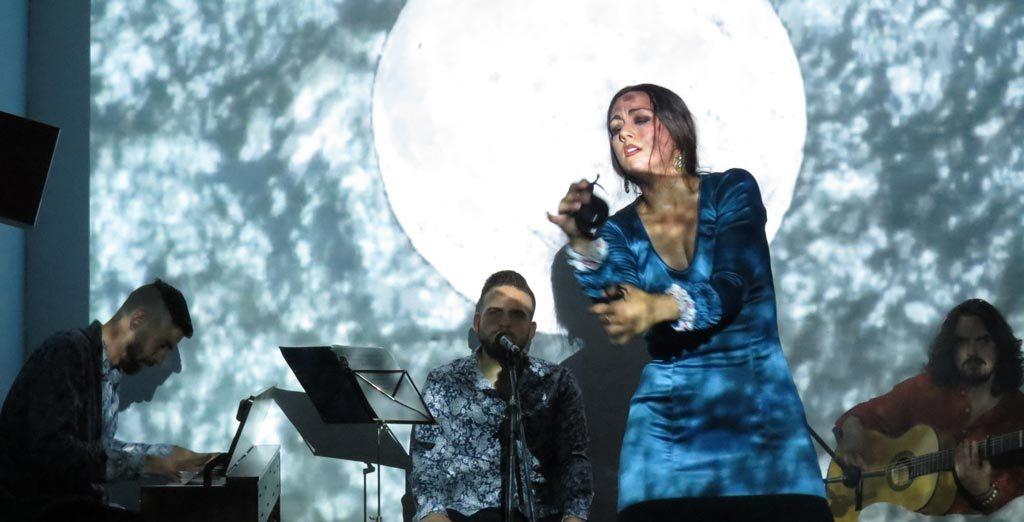 """asociación de artistas que presta una especial atención al Flamenco. Fue fundada en Granada en 1992 para fomentar el arte contemporáneo """"por todos los medios, habidos y por haber"""""""