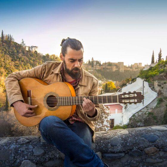 Guitarrista flamenco en el barrio del sacromonte