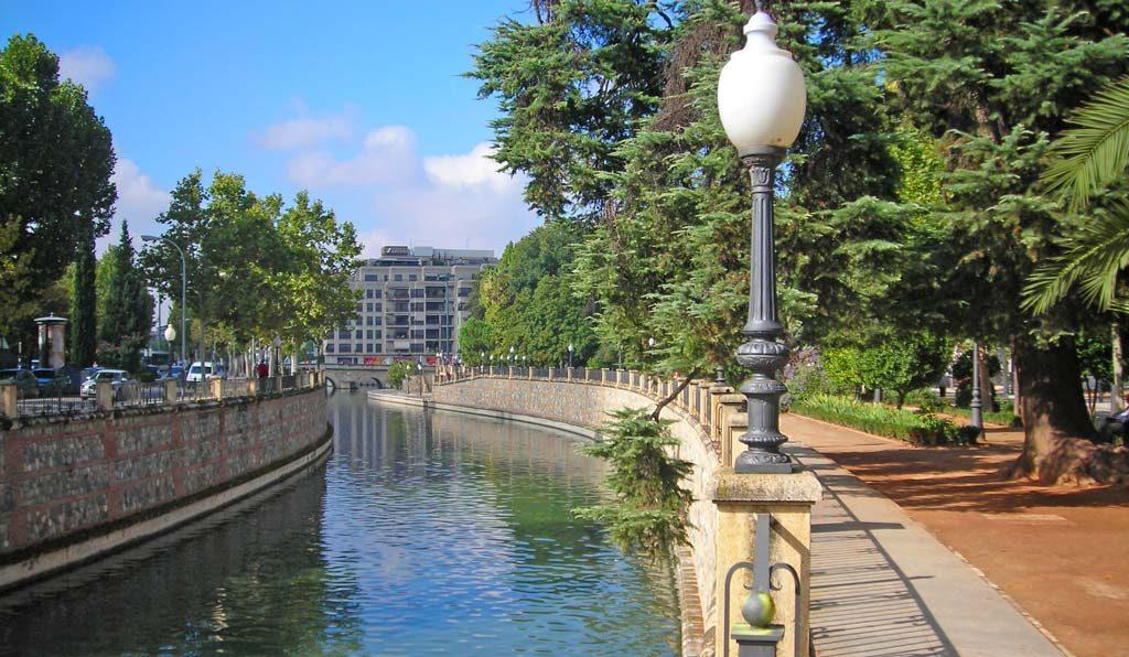 Paseo del Salón con el río Genil y árboles