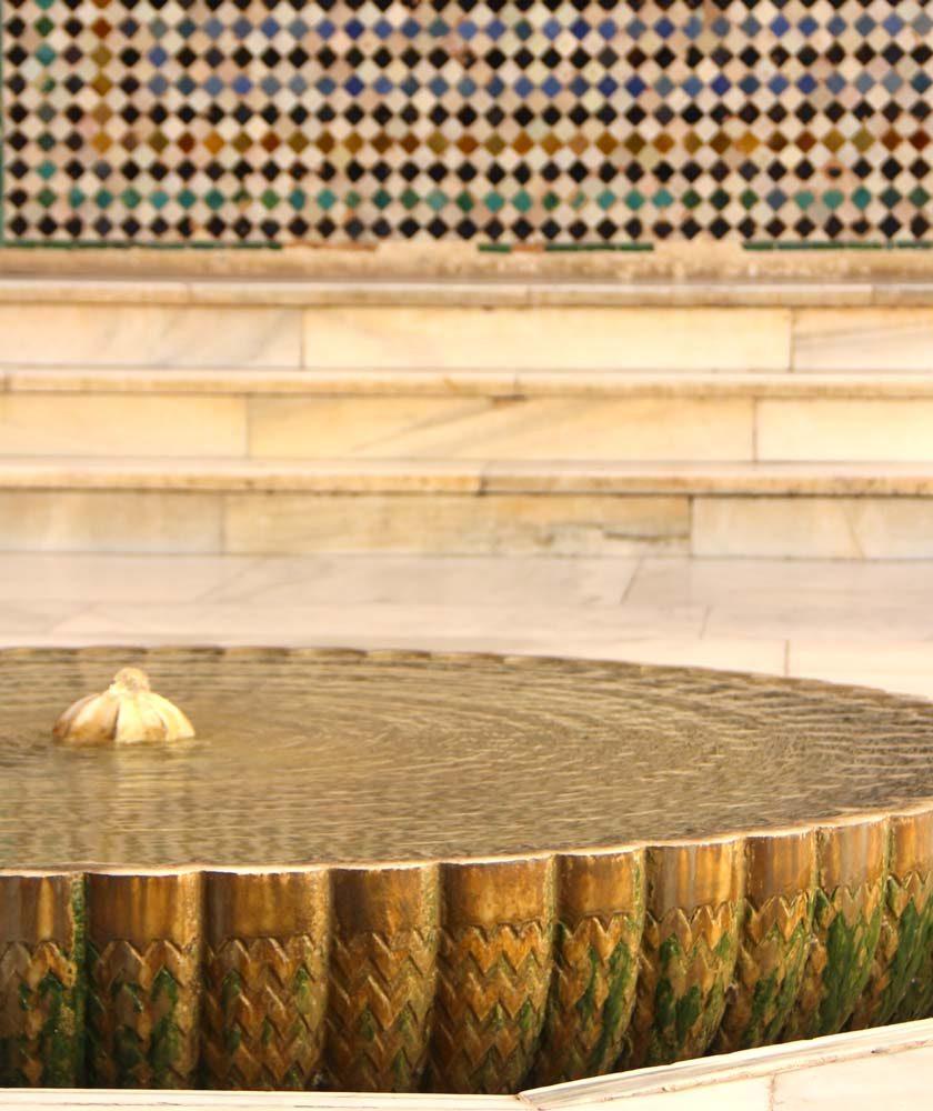Detalle de fuente con agua en la Fachada de Comares