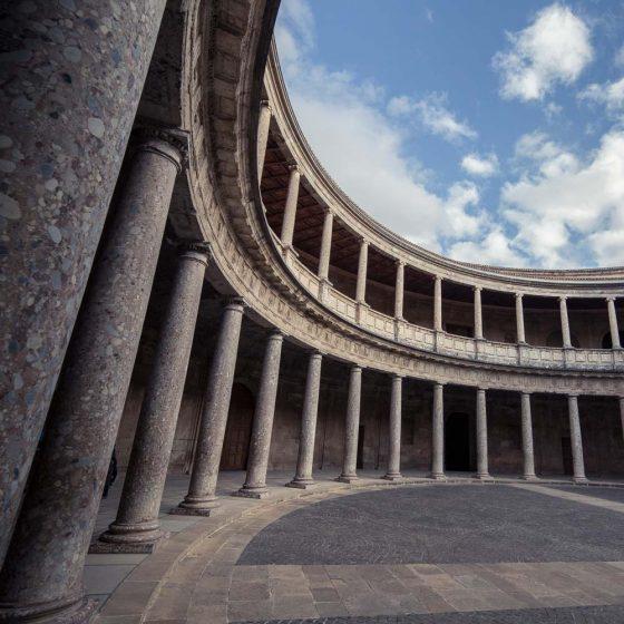 Palacio de Carlos V y en la Alhambra y vista de su patio circular