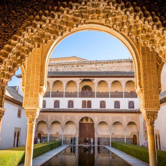 Vista al palacio de Comares con gran alberca