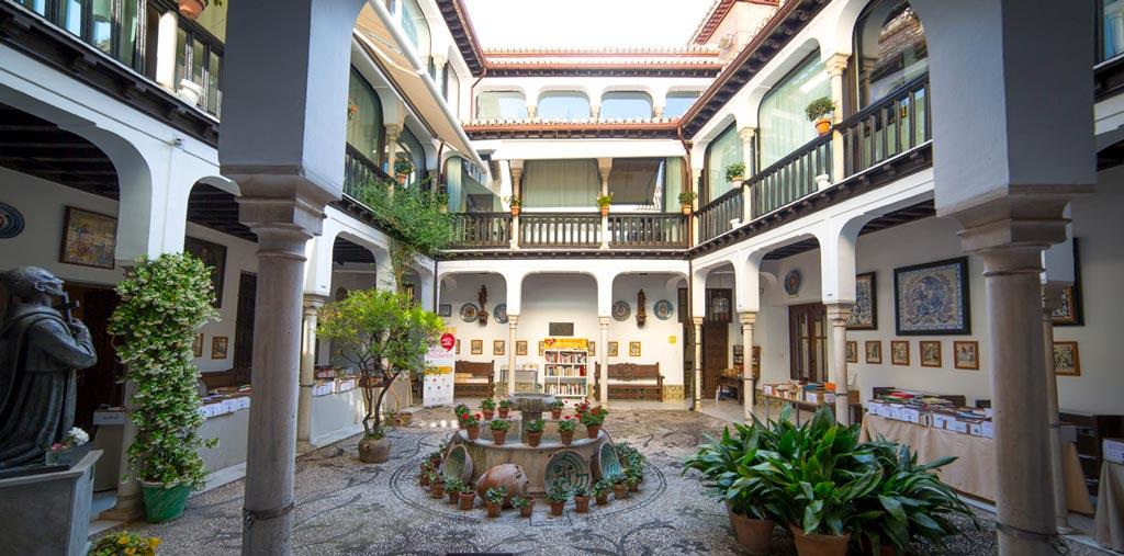 Patio de la casa de los Pisa y Museo San Juan de Dios