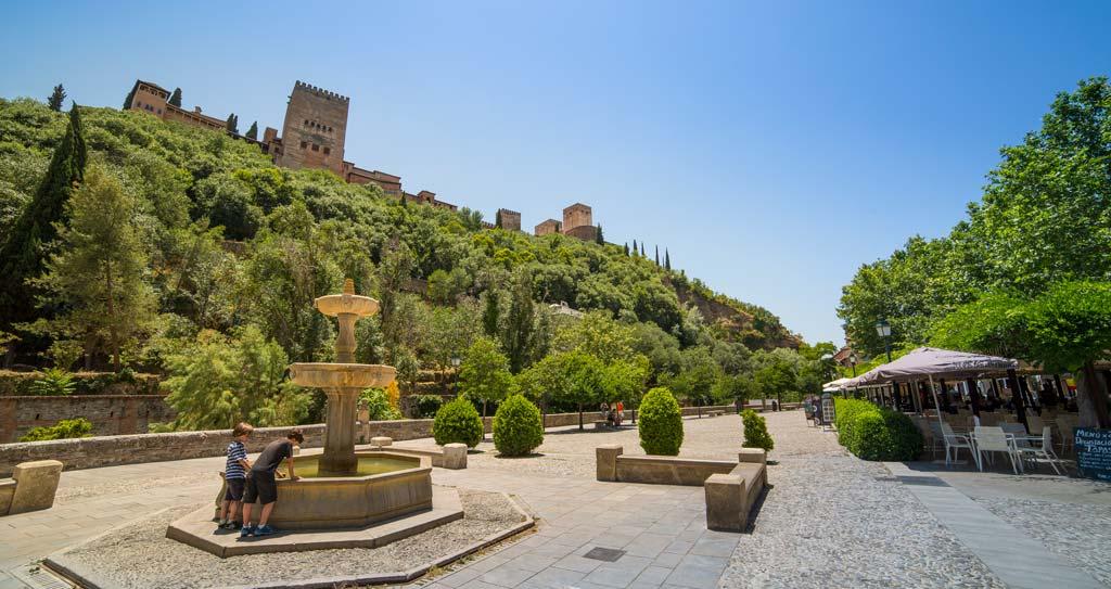 Paseo de los Tristes con fuente y vistas a la Alhambra